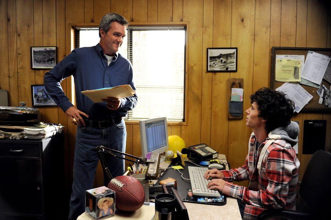 Mike (Neil Flynn, l.) erwischt Axl (Charlie McDermott, r.) beim Schule schwänzen und entschließt sich deswegen, ihn zur Strafe mit in den Steinbruch... - Bildquelle: Warner Brothers