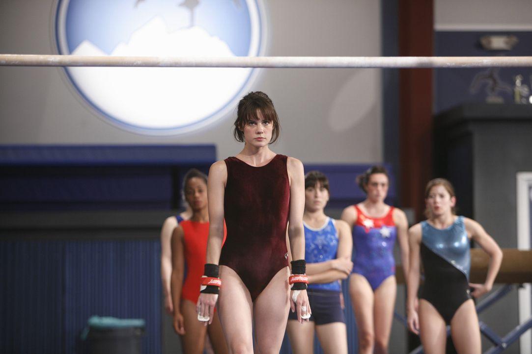 Nachdem sie nachts heimlich trainiert hat, will Emily (Chelsea Hobbs, M.) ihrem Trainer beweisen, dass es ein Fehler war, sie aus dem Team zu werfen... - Bildquelle: 2009 DISNEY ENTERPRISES, INC. All rights reserved. NO ARCHIVING. NO RESALE.