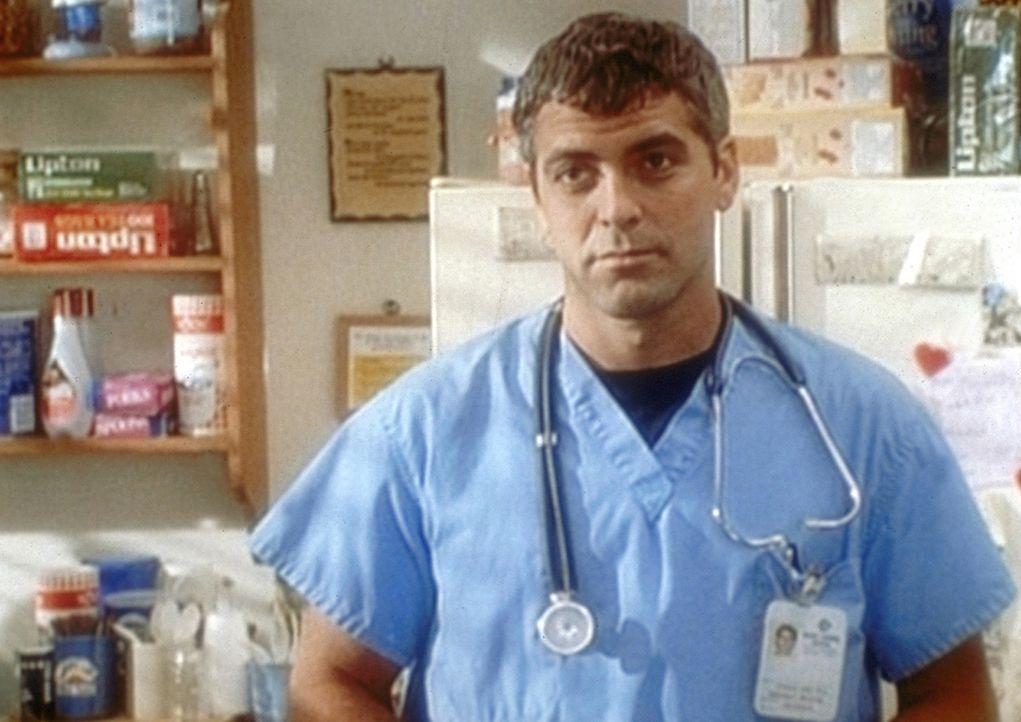 Dr. Ross (George Clooney) ist zum Helden avanciert. Seine ehemaligen Kollegen vergeben ihm seine früheren Untaten und bieten ihm seine alte Stelle... - Bildquelle: TM+  WARNER BROS.