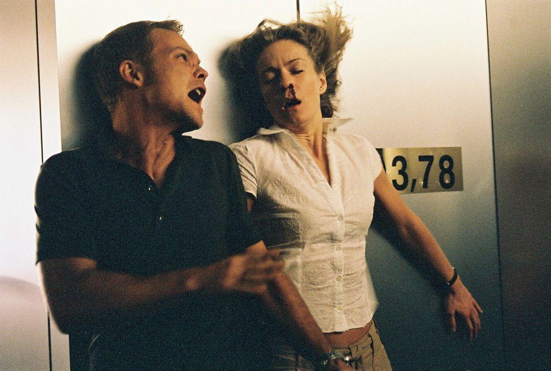 In der letzter Minute gelingt es Jan (Matthias Koeberlin, l.), Sophie (Lisa Martinek, r.) auf dem Fernsehturm ausfindig zu machen. Doch der gnadenlo... - Bildquelle: Conny Klein ProSieben