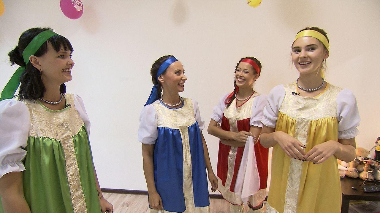 Ein russischer Tanzkurs bringt Bonnie (l.) und Steffi (r.) an ihre Grenzen ... - Bildquelle: ProSieben