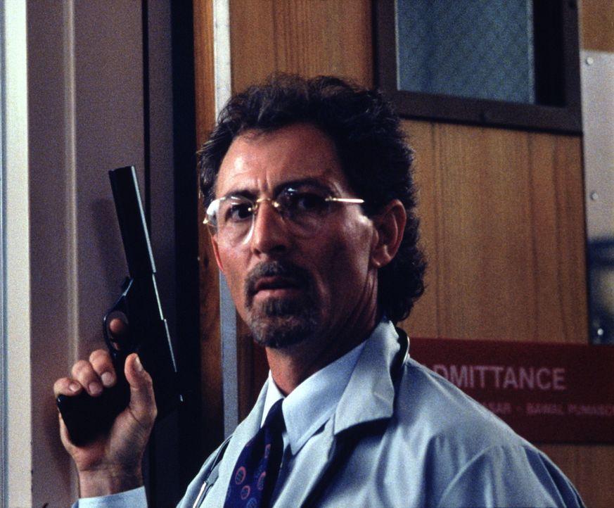 Als Senator Trent erfährt, dass sein Widersacher Mason den Anschlag überlebt hat und in einem Krankenhaus im Koma liegt, setzt er sofort seine Kille... - Bildquelle: Warner Bros.