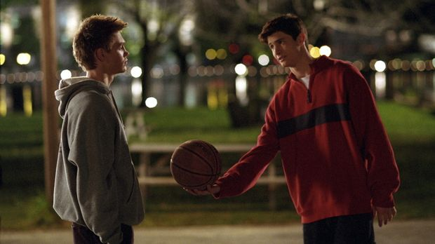 Lucas (Chad Michael Murray, l.) und Nathan Scott (James Lafferty, r.) haben n...