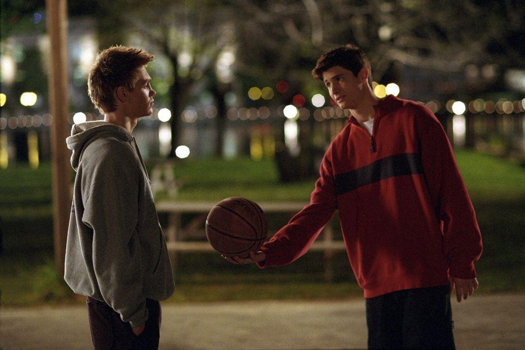 Lucas (Chad Michael Murray, l.) und Nathan Scott (James Lafferty, r.) haben nicht viel gemeinsam, außer den gleichen Vater und die Leidenschaft fü... - Bildquelle: Warner Bros. Pictures