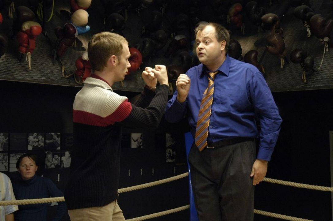 Markus (r.) und Ralf (l.) wollen spielerisch die legendären Kampfszenen zwischen Max Schmeling und Joe Louis nachstellen und geraten dabei wirklich... - Bildquelle: Sat.1