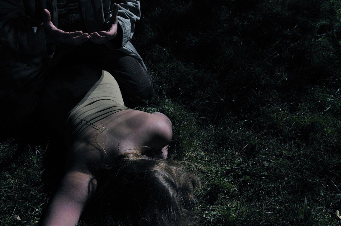 Die Tote im Apfelgarten: Als die Leiche der 15-jährigen Deanna Gillean (Shyana Fairman) entdeckt wird, finden die Polizisten am Tatort keine Beweise... - Bildquelle: Ben Mark Holzberg Cineflix 2010