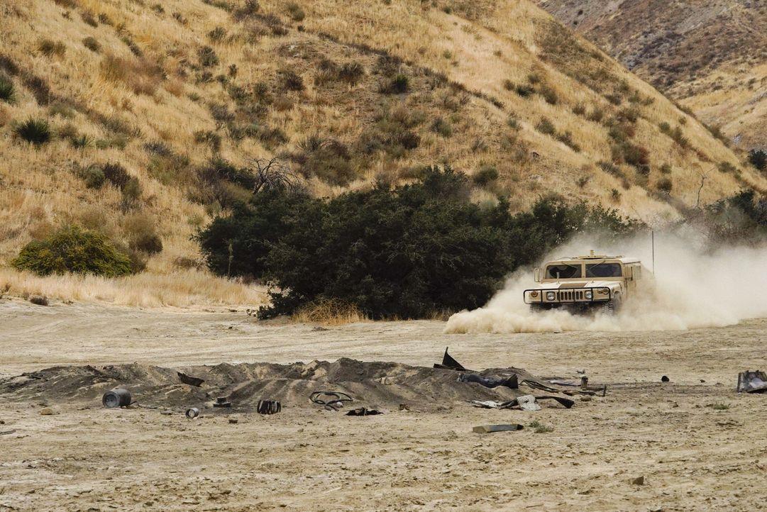 Als das Humvee des Senators in eine Sprengfalle gerät, sieht sich das NCIS-Team in Afghanistan plötzlich in einem gefährlichen Einsatz ... - Bildquelle: Cliff Lipson 2017 CBS Broadcasting, Inc. All Rights Reserved.