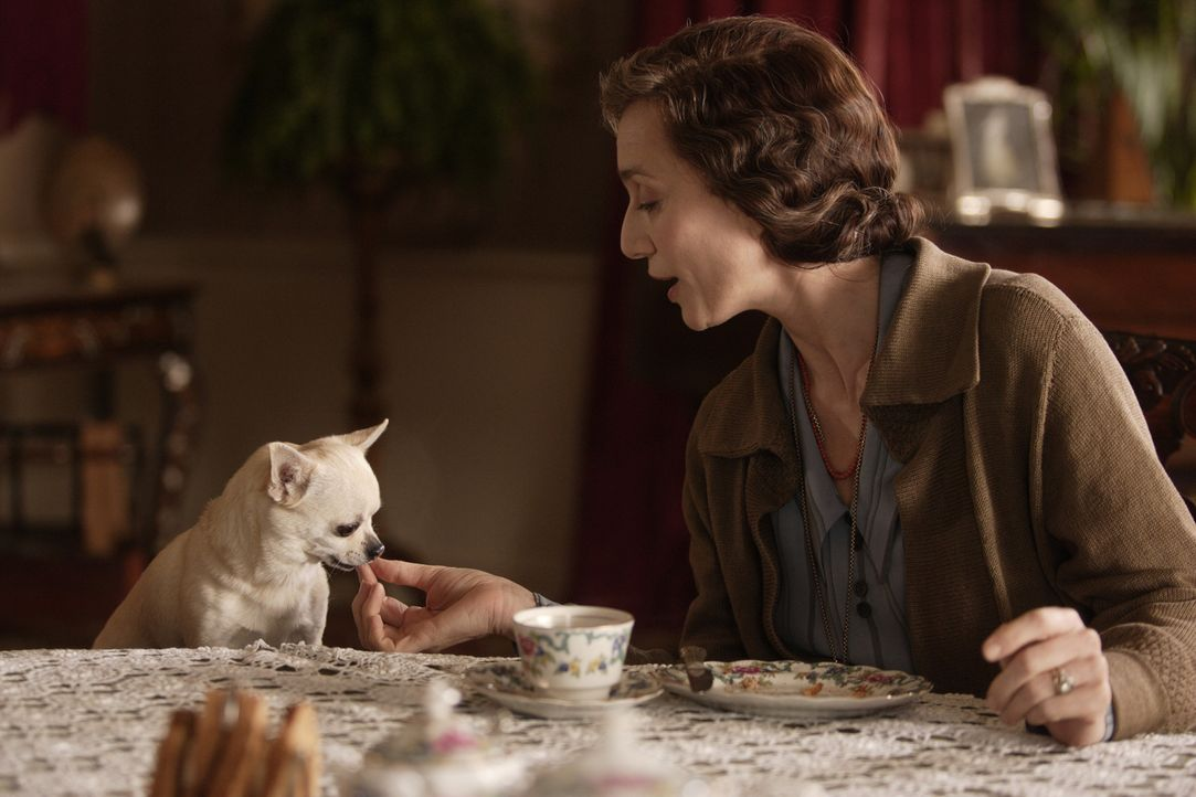 Mrs. Whittaker (Kristin Scott Thomas) nutzt jede Gelegenheit, um ihre ungeliebte Schwiegertochter Larita bloßzustellen ... - Bildquelle: 2008 Easy Virtue Films Limited. All Rights Reserved.