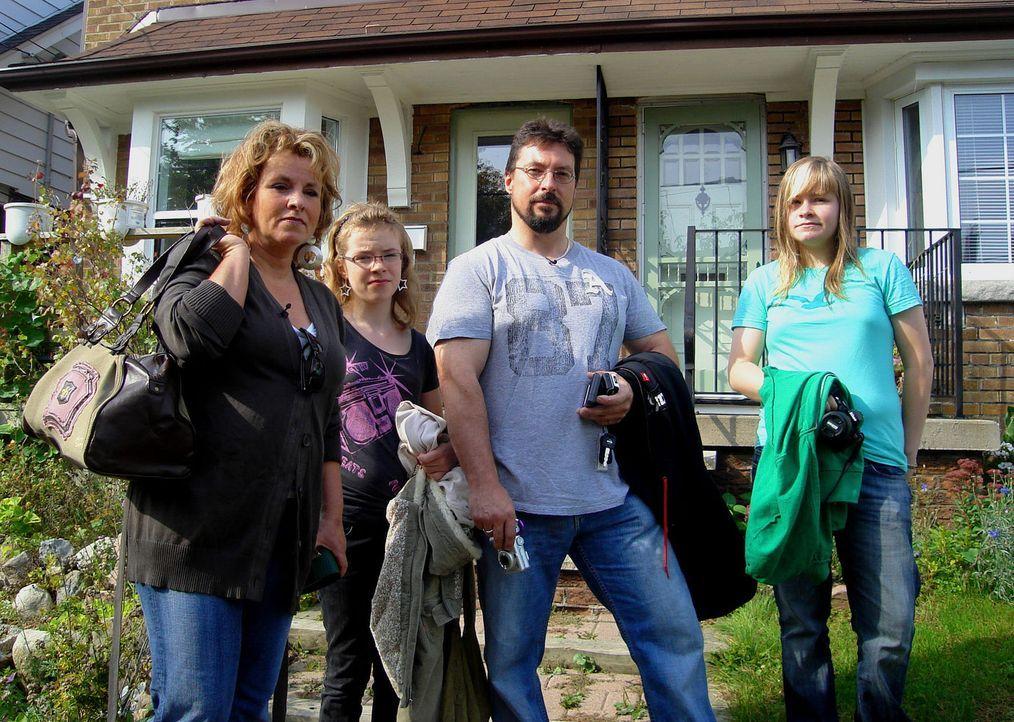 Beginnen ein neues Leben in Toronto: Alexander Tenzer (2.v.r.), Kirsten Kolberg (l.) und ihre Kindern Lara (r.) und Justine (2.v.l.) ...