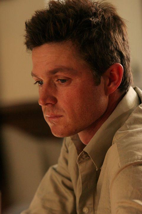 Durch seine Abhängigkeit fällt Martin (Eric Close) als Ermittler in der nächsten Zeit aus ... - Bildquelle: Warner Bros. Entertainment Inc.
