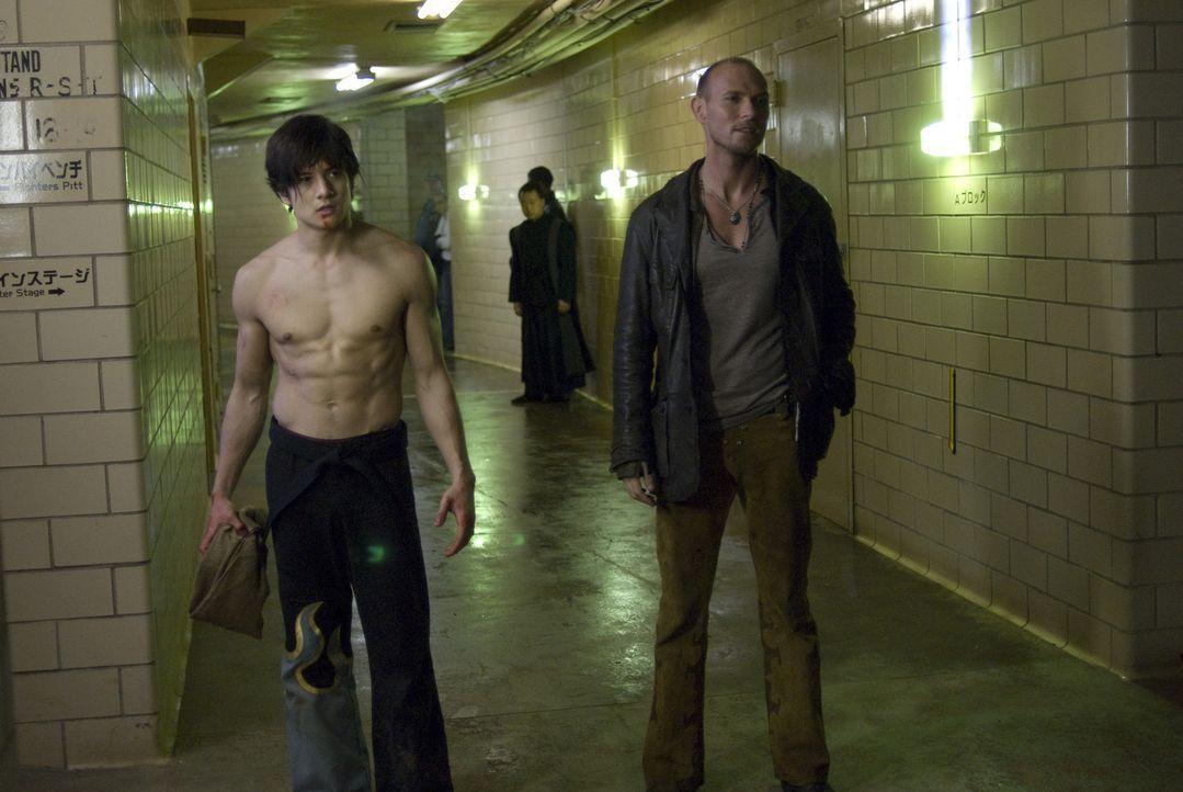 Jin Kazama (Jon Foo, l.) muss von klein auf für sein Überleben kämpfen. Geboren in ärmlichsten Verhältnissen lernt er schnell, dass auf den Str... - Bildquelle: 2010 CST PRODUCTIONS, LLC   ALL RIGHTS RESERVED