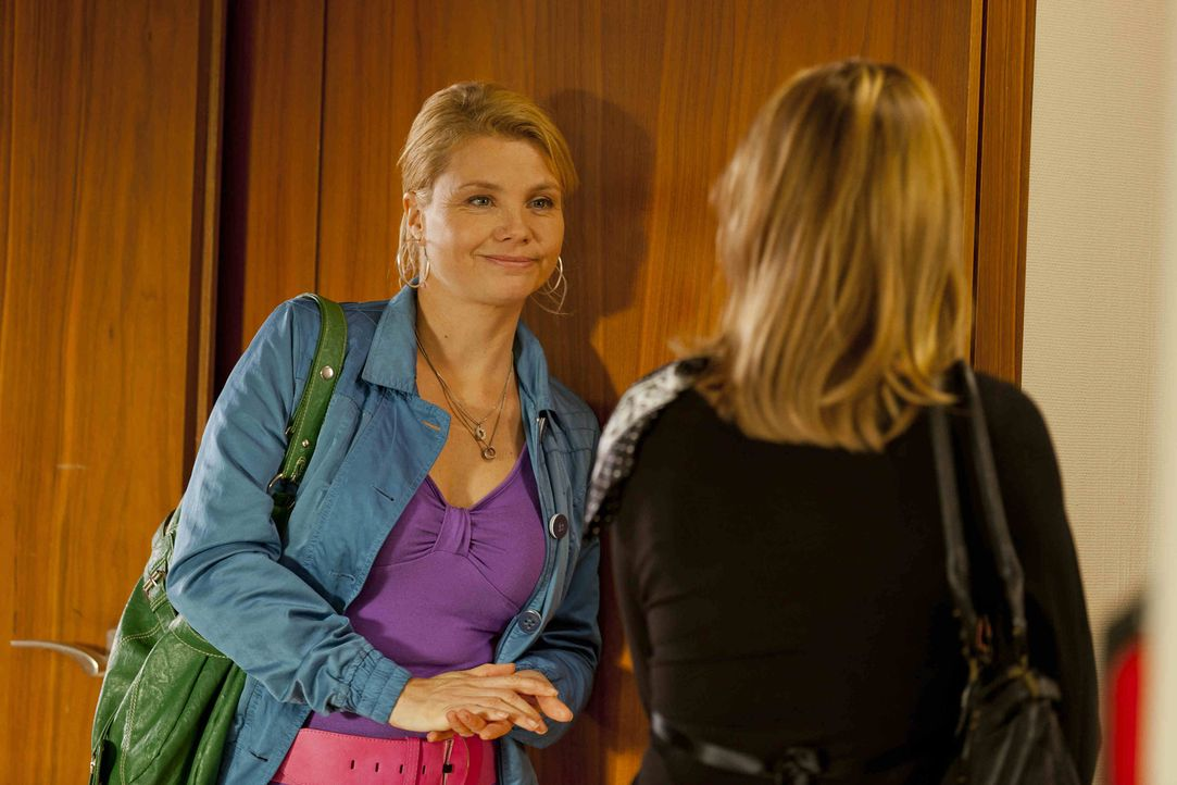 Danni (Annette Frier, l.) vertritt Monika Ditscheid (Antje Schmidt, r.), die seit kurzem Witwe ist. Ihr Mann hat sich für seinen Job zu Tode gearbei... - Bildquelle: Frank Dicks SAT.1