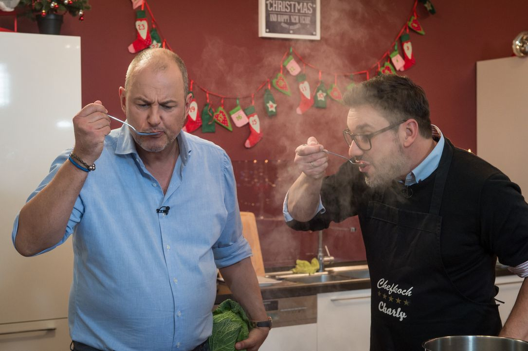Schmeckt das Essen von Frank Rosin (l.) auch so gut, wie es immer aussieht? Kameramann Charly und seine Kollegen können es bei einem besonderen Weih... - Bildquelle: Claudius Pflug SAT.1