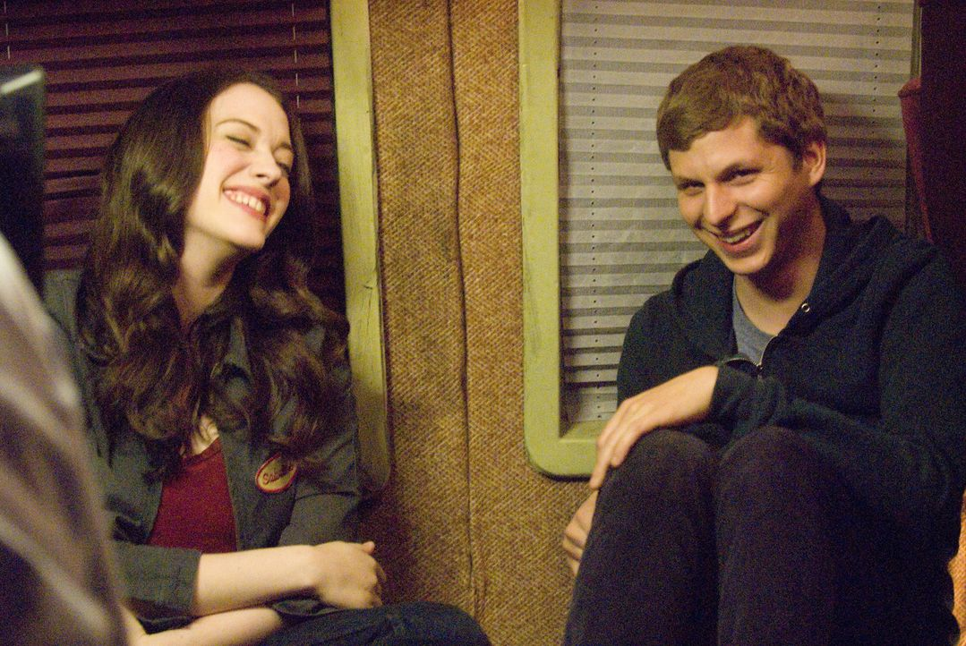 Als sich der unglückliche Nick (Michael Cera, r.) und die sensible Norah (Kat Dennings, l.) zufällig begegnen, stellen sie fest, dass sie den gleich... - Bildquelle: 2008   CPT Holdings, Inc. All Rights Reserved. (Sony Pictures Television International)