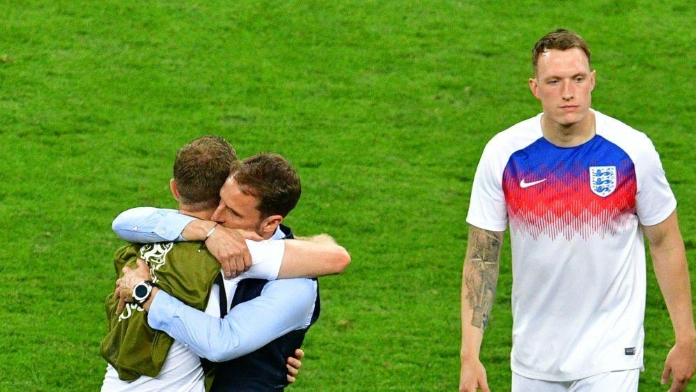 Gareth Southgate tröstet seine enttäuschten Spieler - Bildquelle: AFPSIDMLADEN ANTONOV