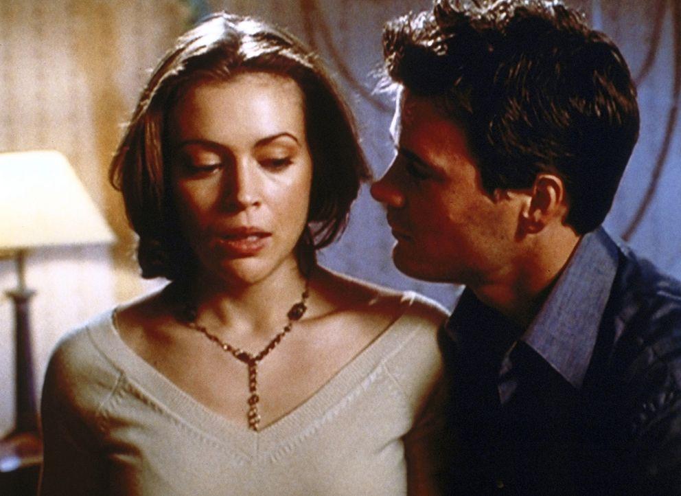 Phoebe (Alyssa Milano, l.) ist ziemlich verwirrt: Ihre große Liebe Clay (Victor Brown, r.) ist wieder aufgetaucht ... - Bildquelle: Paramount Pictures