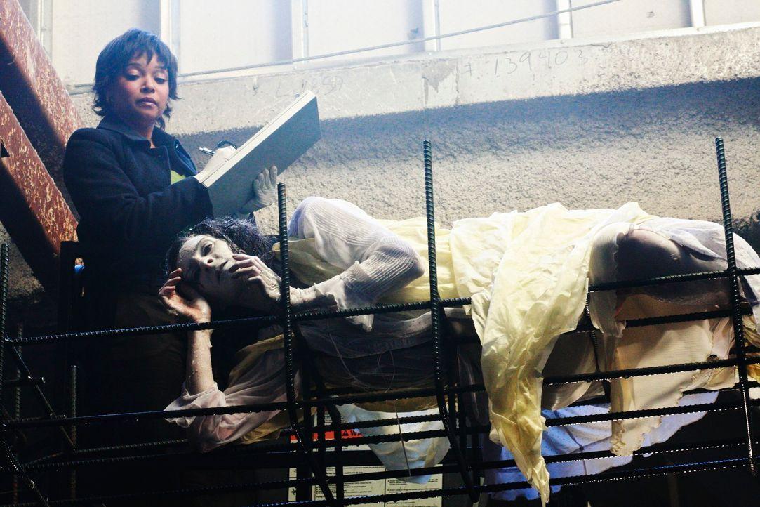 Auf einer Baustelle wird die hartgefrorene Leiche von Melanie Kavanaugh (Tammy Baird, r.) gefunden. Lanie Parish (Tamala Jones, l.) untersucht den l... - Bildquelle: ABC Studios