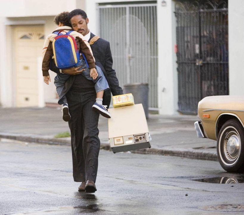 Obwohl das Leben es wirklich nicht gut mit ihm meint, verlässt ihn sein Lebensmut niemals. Unermüdlich kämpft Chris Gardner (Will Smith, r.) darum,... - Bildquelle: METRO-GOLDWYN-MAYER STUDIOS INC. All Rights Reserved.