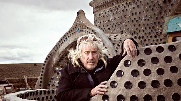 Der amerikanische Architekt und Visionär Michael Reynolds baut aus alten Auto...