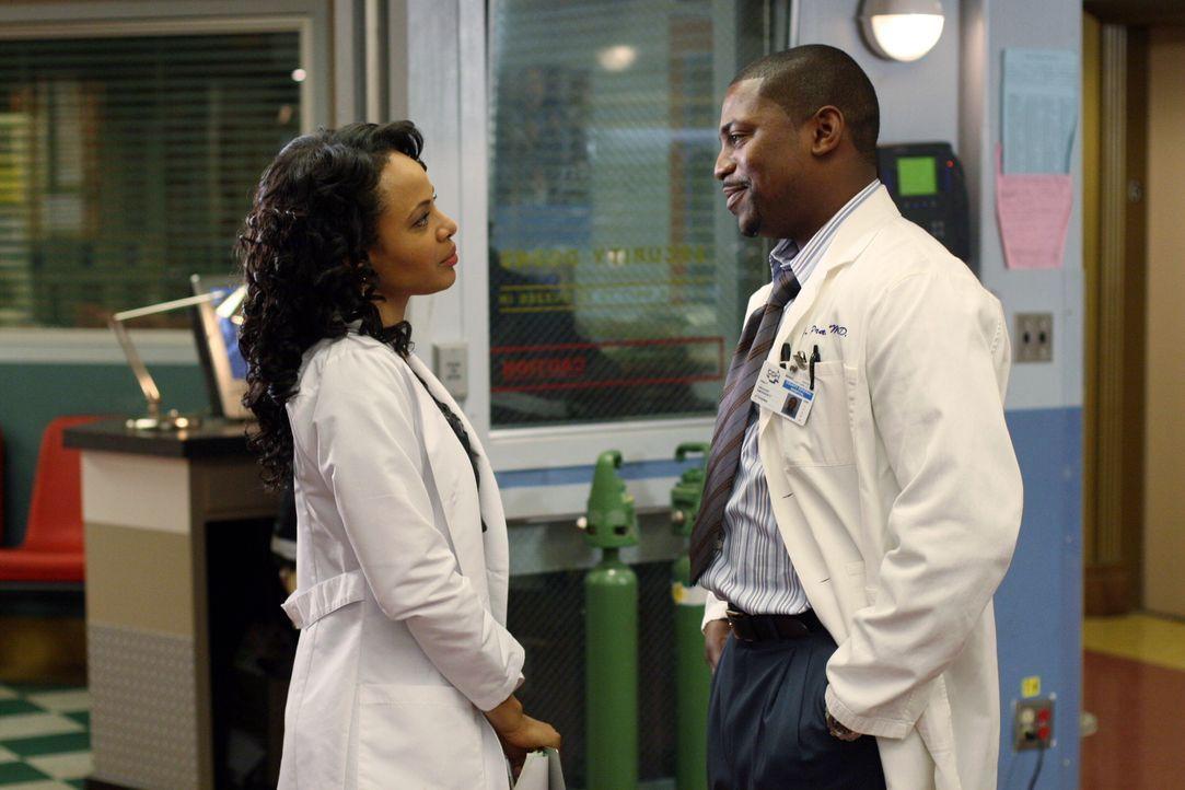 Sind stets bemüht Leben zu retten: Betina (Gina Ravera, l.) und Pratt (Mekhi Phifer, r.) ... - Bildquelle: Warner Bros. Television