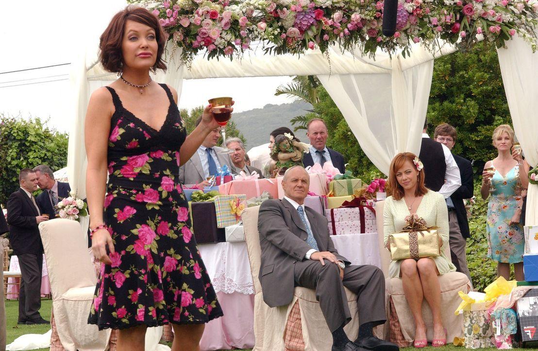 Als Marissa das Gesicht ihrer Mutter (Melinda Clarke, r.) sieht, als diese bei der Verlobungsfeier mit Caleb (Alan Dale) ihre verhasste Schwester Ci... - Bildquelle: Warner Bros. Television