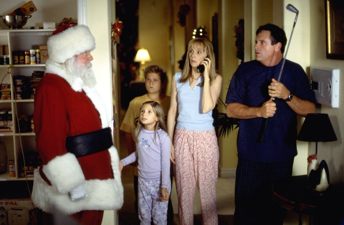 Weil die 10-jährige Judy (Sierra Abel, 2.v.l.) nicht verstehen kann, dass ihre Familie nicht an die Existenz des Weihnachtsmannes (Dick Van Patten,... - Bildquelle: Tag Entertainment