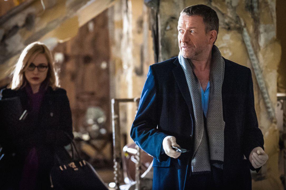 Holmes' früherer Scotland Yard-Kollege Gareth Lestrade (Sean Pertwee, r.) bringt zu den gemeinsamen Ermittlungen mit Holmes und Watson seine Assiste... - Bildquelle: CBS Television