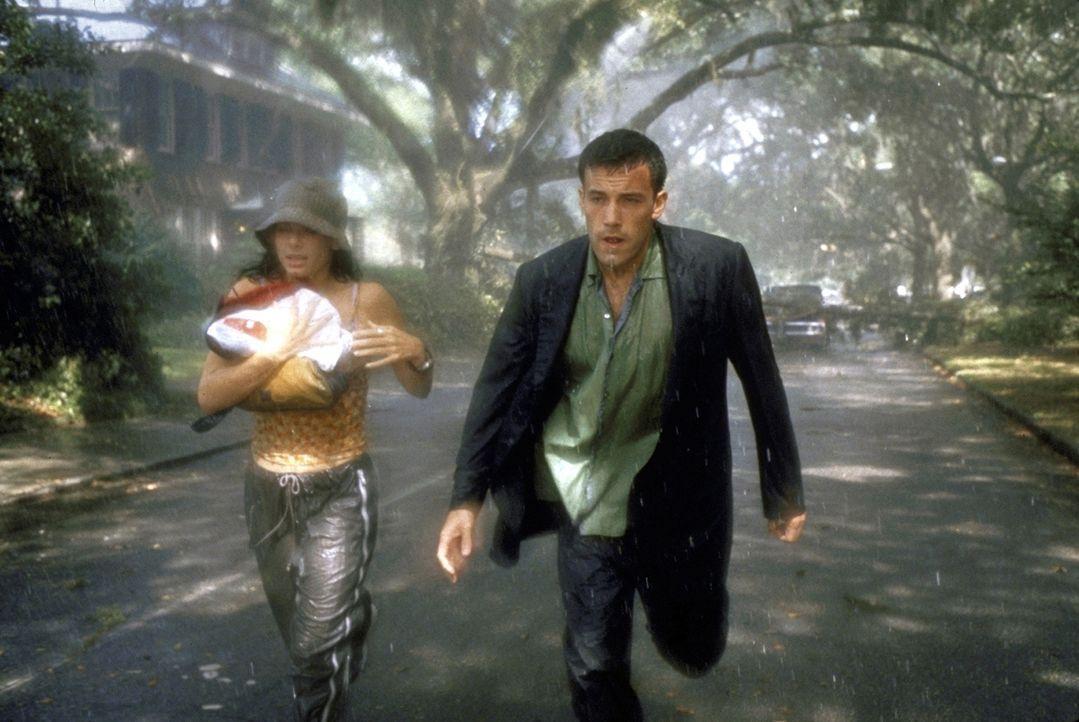 Immer wieder gerät Ben (Ben Affleck, r.) mit der chaotischen Sarah (Sandra Bullock, l.) in die absurdesten Situationen, die ihn seinem Zielort nicht... - Bildquelle: TM+  1999 DreamWorks LLC. All Rights Reserved.