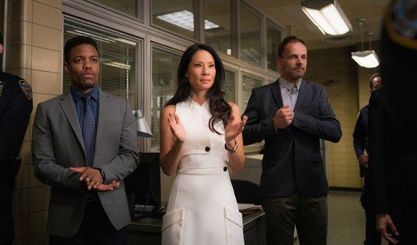 Elementary - Äußerst berührt von Gregsons Rede: Joan (Lucy Liu, M.), Sherlock...
