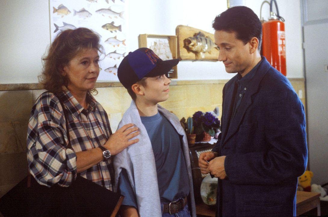 Angelika Meisenberg (Lisa Kreuzer, l.) versucht vergeblich ihren Sohn Jonas (Eric Benz, M.) dazu zu bewegen, sich untersuchen zu lassen. Der Junge l... - Bildquelle: Bernd Spauke Sat.1