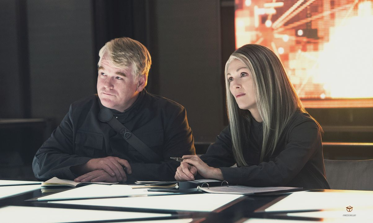 Was führen die mysteriöse Präsidentin Coin (Julianne Moore, r.) und ihr Verbündeter Heavensbee (Philip Seymour Hoffman, l.) wirklich im Schilde? - Bildquelle: Murray Close TM &   2014 Lions Gate Entertainment Inc. All rights reserved.