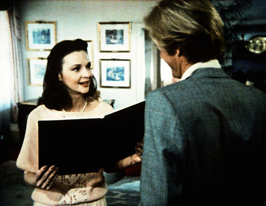Junghotelier Barry (Brian Kerwin, r.) begrüßt die hübsche, aber intrigante Allison (Judith-Marie Bergen, l.), eine alte Schulfreundin. - Bildquelle: Worldvision Enterprises, Inc.