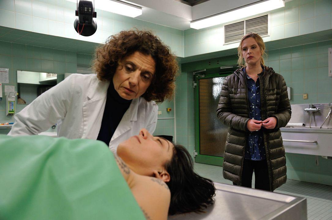 Während Fritz mehr über Josephine (Diana Amft, r.) herausfinden möchte, versucht sie, mit Hilfe von Tereza (Adriana Altaras, l.), Hinweise zum Tod v... - Bildquelle: Hardy Spitz SAT.1