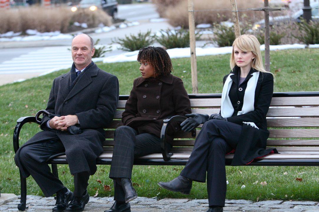Lilly Rush (Kathryn Morris, r.), Kat Miller (Tracie Thoms, M.) und John Stillman (John Finn, l.) öffnen die Akten eines noch nicht gelösten Falles a... - Bildquelle: Warner Bros. Television