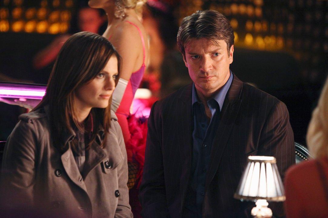 Castle (Nathan Fillion, r.) schlägt Beckett (Stana Katic, r.) eine Wette vor: Wenn er ihr hilft, den Dreifachmord zu klären, muss sie ihn wieder als... - Bildquelle: 2010 American Broadcasting Companies, Inc. All rights reserved.