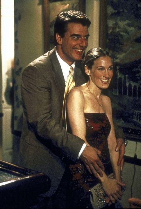 Carrie (Jessica Sarah Parker, r.) wünscht sich von Mr. Big (Chris Noth, l.) seine Freunde besser kennen zu lernen: Also treffen sie sich abends mit... - Bildquelle: 2001 Paramount Pictures