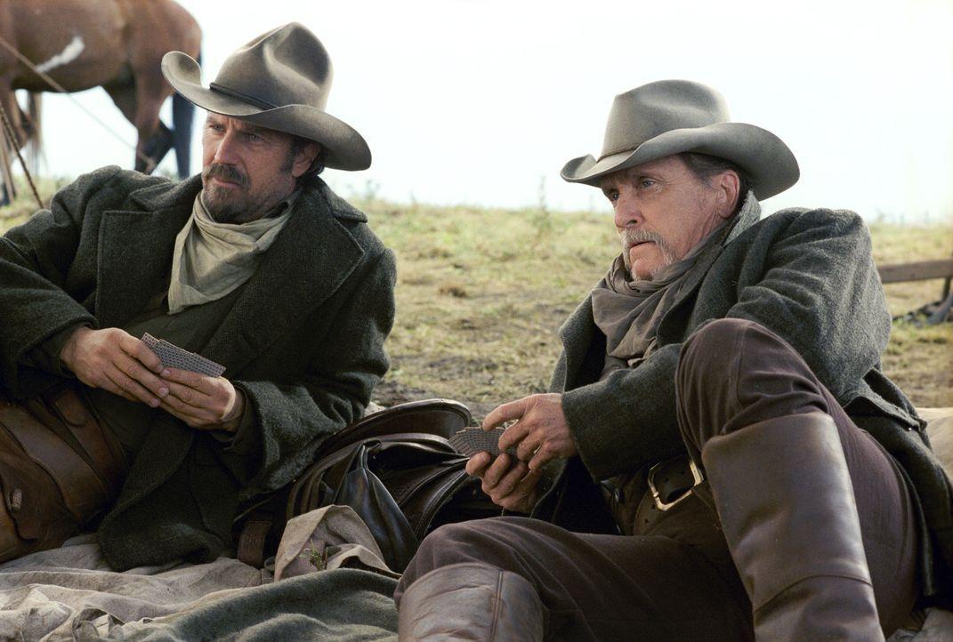 Charley Waite (Kevin Costner, l.) und Boss Spearman (Robert Duvall, r.) treiben ihre Herden immer noch freies Weideland, obwohl der Fortschritt der... - Bildquelle: Touchstone Pictures