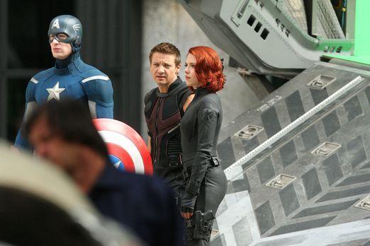 the-avengers-set-11-09-03-chris-evans-jeremy-renner-scarlett-johansson-anthon...