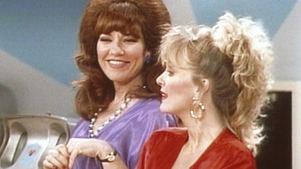 Als Peggy (Katey Sagal, l.) ihre frühere Mitschülerin Mimi (Deborah Harmon, r...