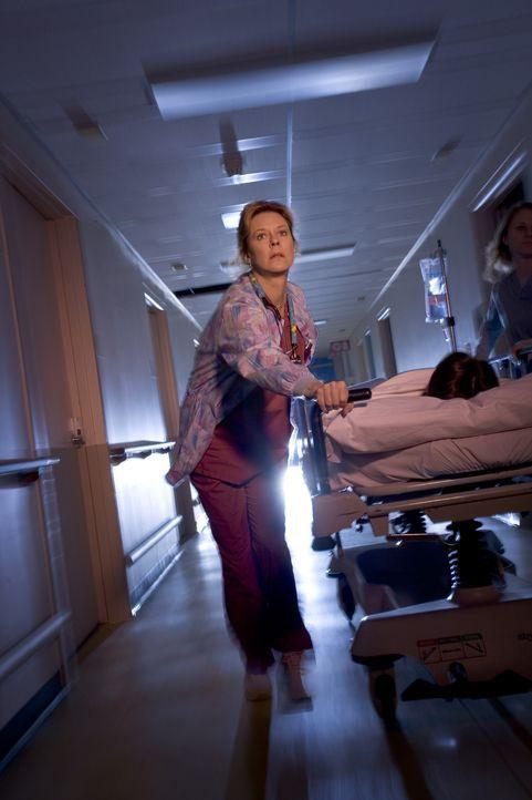 Die Nacht scheint kein Ende zu nehmen: Jeanette Makins (JoBeth Williams) versucht trotz der desolaten Situation alles, um die vielen Patienten zu re... - Bildquelle: MMV Paramount Pictures Corporation. All Rights Reserved.