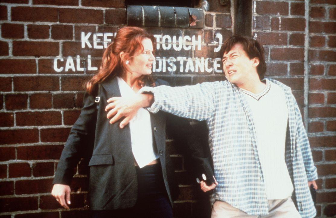 Als Jackie (Jackie Chan, r.) der taffen Reporterin Diana (Gabrielle Fitzpatrick, l.) aus der Bredouille helfen soll, bekommt er es gleich mit zwei G... - Bildquelle: Kinowelt Filmverleih