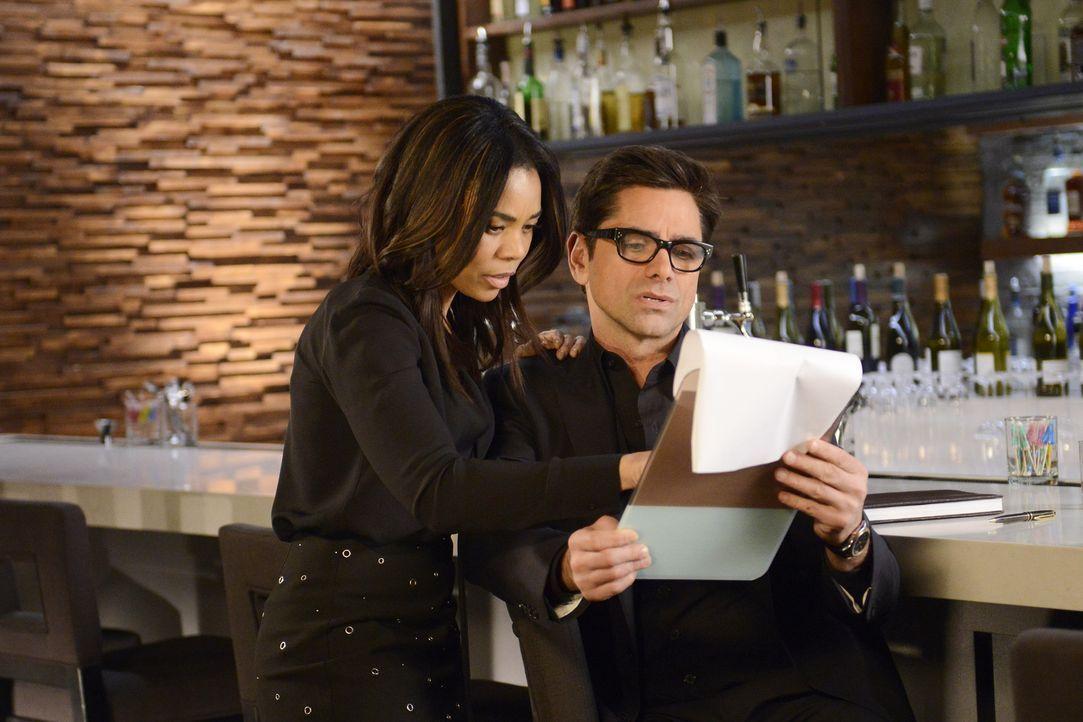 Catherine (Regina Hall, l.) hilft Jimmy (John Stamos, r.) dabei, eine Trauerrede für seinen verstorbenen Vater zu verfassen. Unterdessen ist sich Sa... - Bildquelle: Jordin Althaus 2016 ABC Studios. All rights reserved.