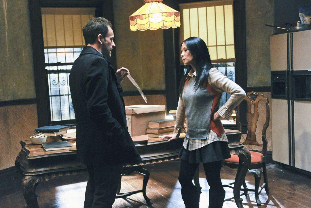 Während der Ermittlungen in einem neuen Fall, plagen Joan Watson (Lucy Liu, r.) Zweifel, ob sie Sherlock Holmes (Jonny Lee Miller, l.) verlassen ka... - Bildquelle: CBS Television