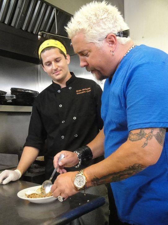 Für Guy Fieri (r.) geht nichts über eine gute Mahlzeit. Bryan McDaniel (l). ist gespannt, ob ihm sein Essen zusagen wird ... - Bildquelle: 2012, Television Food Network, G.P. All Rights Reserved.