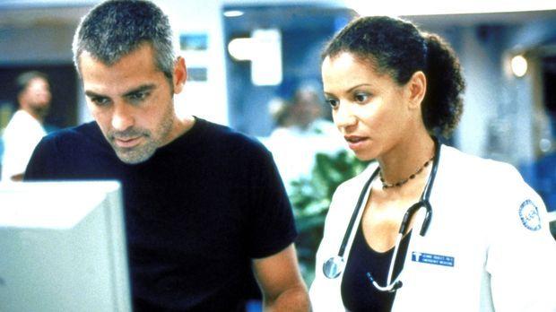 Jeanie (Gloria Reuben, r.) bietet Ross (George Clooney, l.) an, für ihn in de...