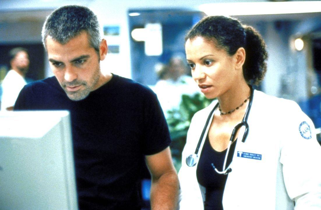 Jeanie (Gloria Reuben, r.) bietet Ross (George Clooney, l.) an, für ihn in der neugeschaffenen Kindernotaufnahme zu arbeiten. - Bildquelle: TM+  2000 WARNER BROS.
