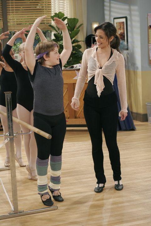 Nach anfänglichen Schwierigkeiten findet Jake (Angus T. Jones, l.) langsam Gefallen am Ballettunterricht und vor allem an Mia (Emmanuelle Vaugier, r... - Bildquelle: Warner Brothers Entertainment Inc.