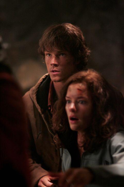 Sam (Jared Padalecki, l.) und Dean geben sich als Parkranger aus, um sich Haleys (Gina Holden, r.) Vertrauen zu erschleichen. Als sich die Situation... - Bildquelle: Warner Bros. Television