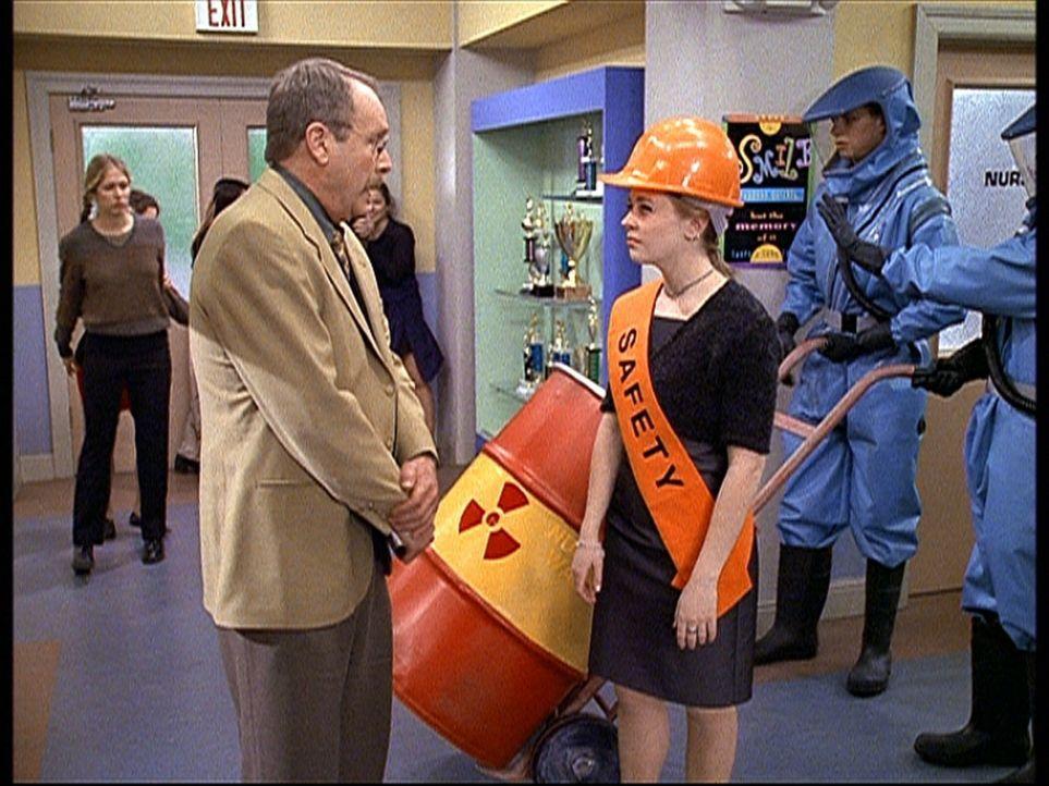Mr. Kraft (Martin Mull, l.) verlangt von der Sicherheitsbeauftragten Sabrina (Melissa Joan Hart, r.), dass sie ein Fass mit Atomabfällen eigenhänd... - Bildquelle: Paramount Pictures