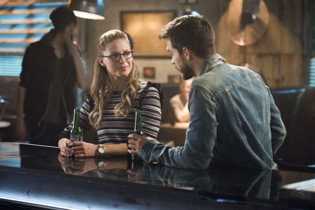 Kara (Melissa Benoist, l.) erfährt von Mon-El (Chris Wood, r.) wichtige Aspekte über die Weltenkiller ... - Bildquelle: 2017 Warner Bros.